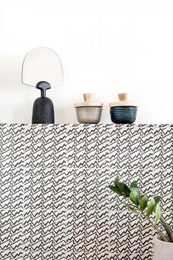 Un terrazzo beige procure une sensation de confort dans les grandes salles d'eau aux murs blancs.