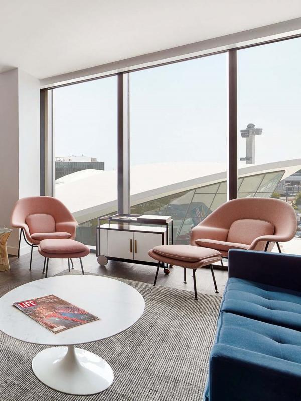 Dominant le terminal historique, la luxueuse suite Eero possède un salon meublé d'un bar à Martini en noyer.