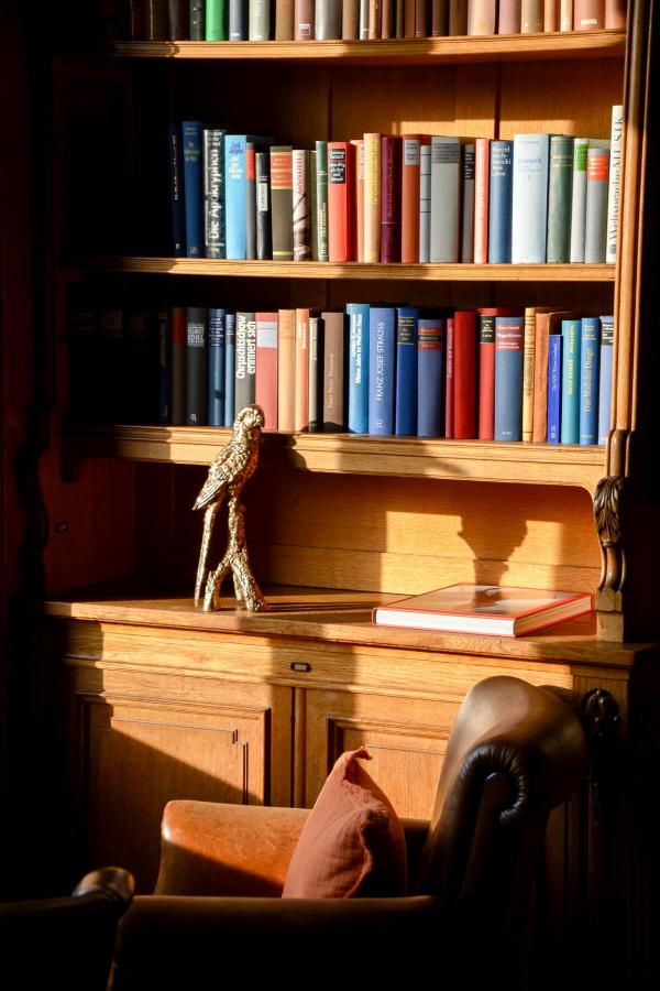 Une chambre et la bibliothèque du château.