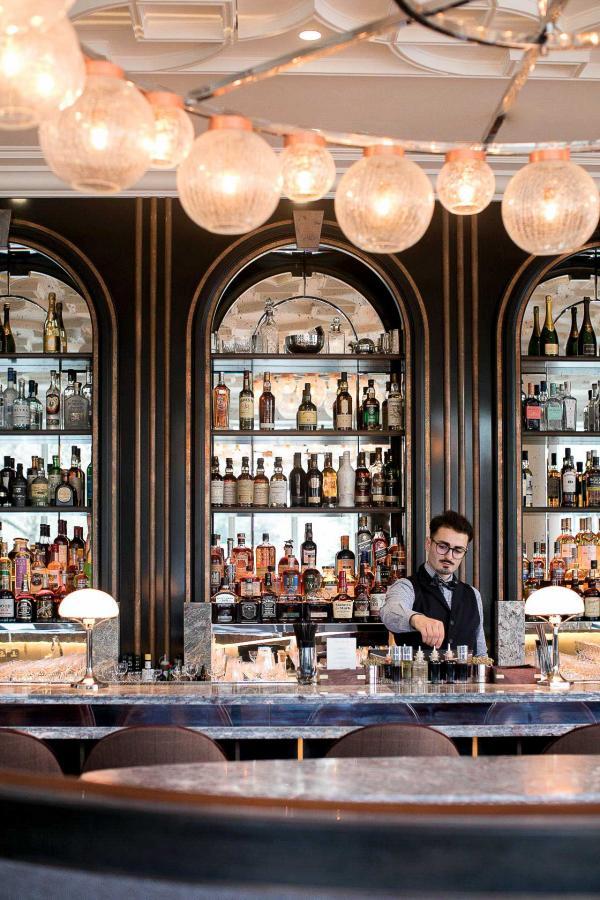Le bar propose les grands classiques des cocktails ainsi que différents champagnes et whisky.