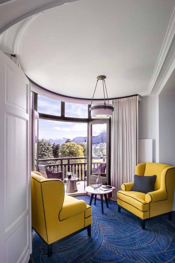 """Hôtel Royal Evian - Salon """"Rotonde"""" d'une Junior Suite © DR"""
