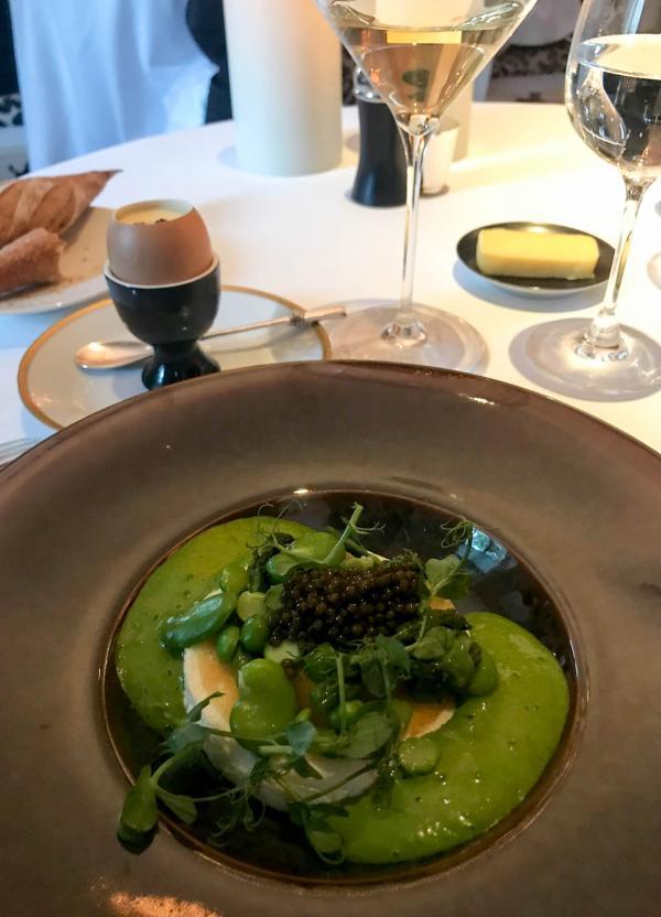 Oeuf de poule, blanc à manger au caviar golden à l'émulsion de cresson, jaune toqué en sabayon doré au céleri © YONDER.fr