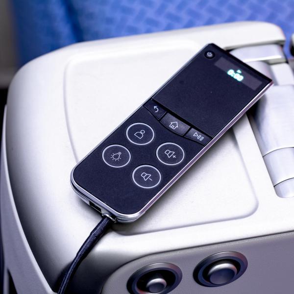 La télécommande au design simplifié du système de divertissement à bord © DR