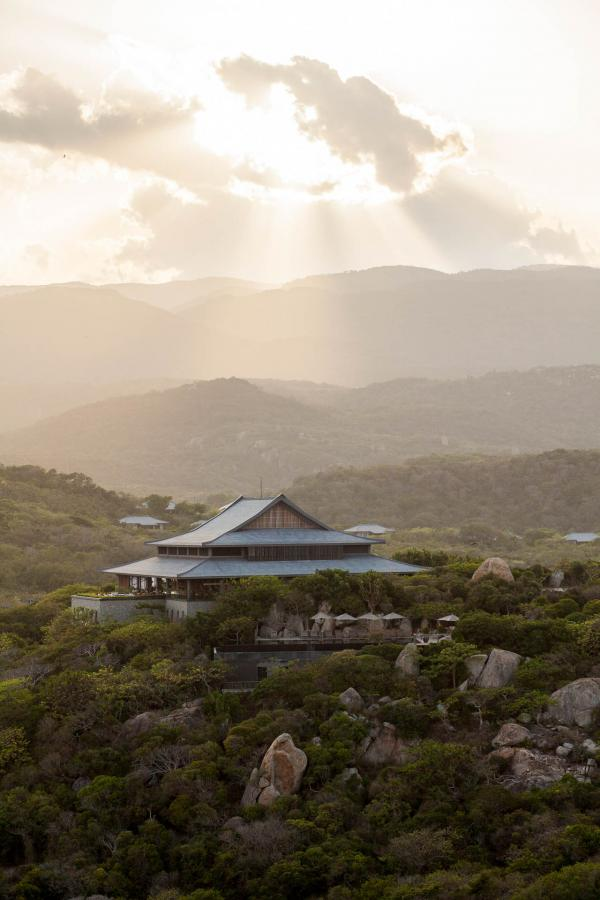 Le Pavillon Central d'Amanoi vu depuis le Goga Peak (accessible en 20min de randonnée) © Aman