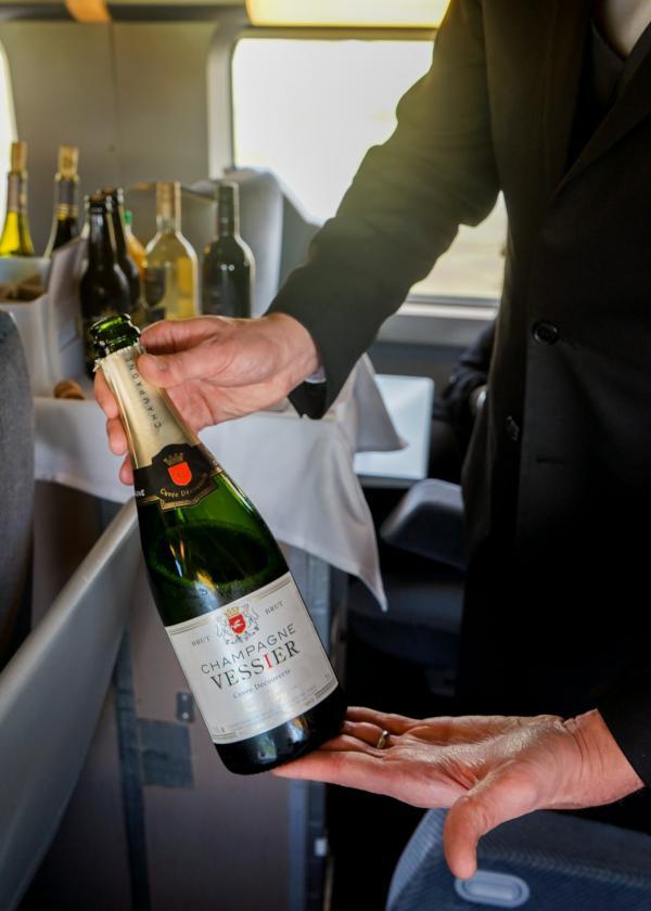 Champagne servi à l'apéritif... © YONDER.fr