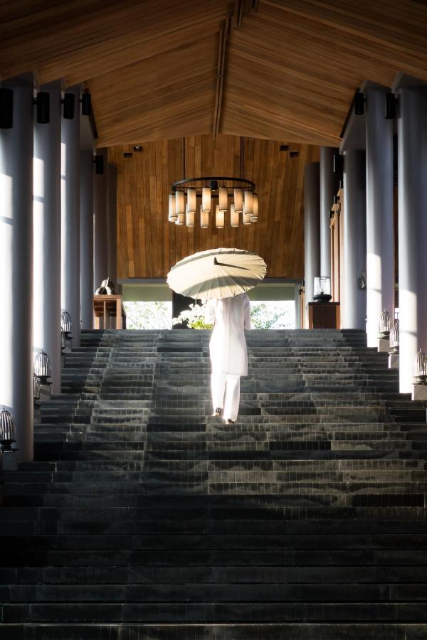 Ce majestueux escalier mène au Pavillon Central, où se fait l'accueil des guests © Aman