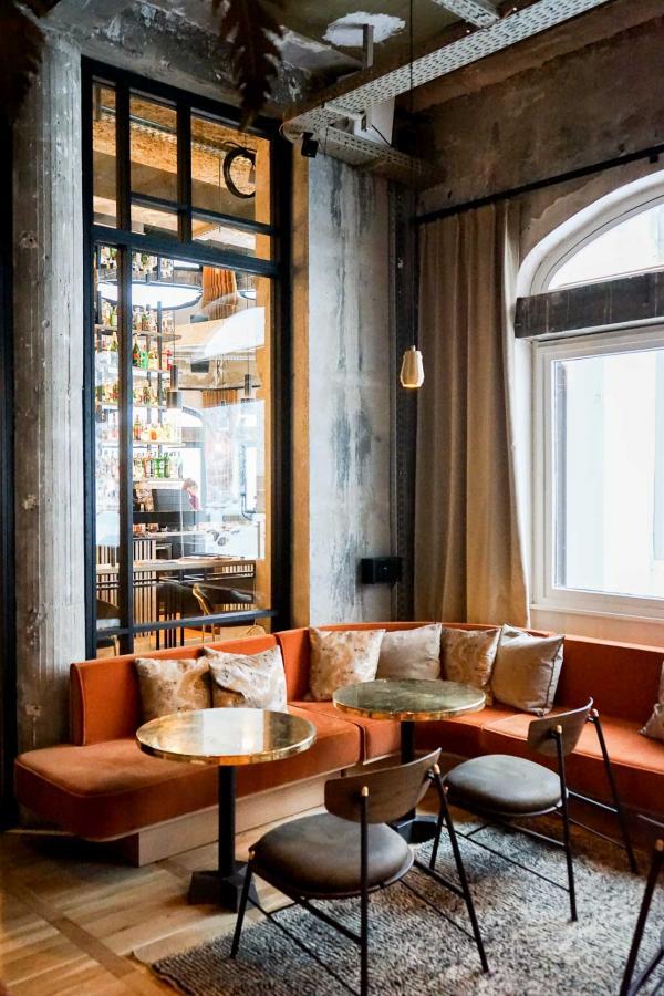 Le décor, ici au Janssen Bar, joue la carte du contraste entre le brut et les belles matières © YONDER.fr