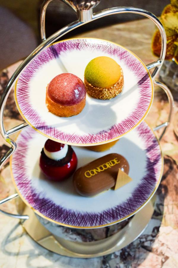 Assortiment de Gâteaux de Voyage et de pâtisseries sur le serviteur muet © YONDER.fr