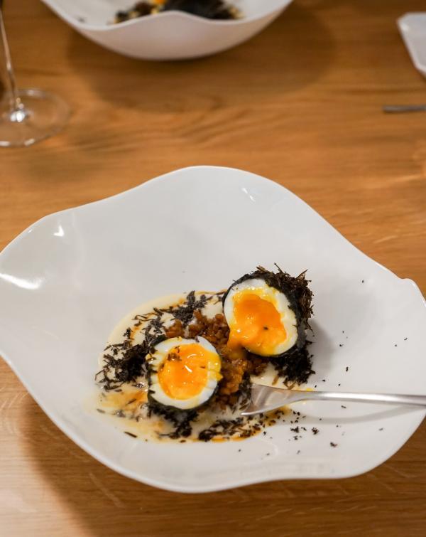 Œuf mollet en tempura, racines de lotus, crème de panais, Tuber Melanosporum © YONDER.fr