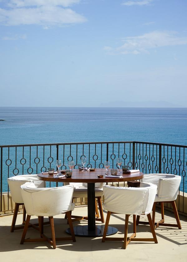 La terrasse du restaurant offre des vues spectaculaires sur la mer © YONDER.fr