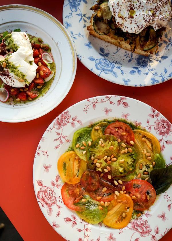 """""""- fona + flora"""" (tomates de toutes les couleurs tomates de toutes les couleurs basilic, parmesan, pignons de pin) © YONDER.fr"""