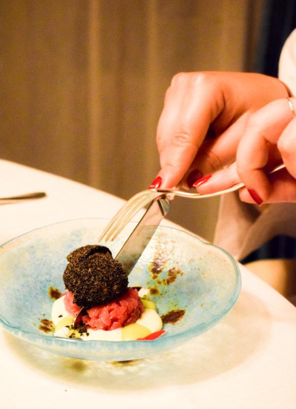 Cette fausse truffe imaginée par Ciccio Sultano contient une vraie crème de Carbonara. En-dessous, un tartare de veau issu de l'une meilleures fermes bovines siciliennes © Yonder.fr