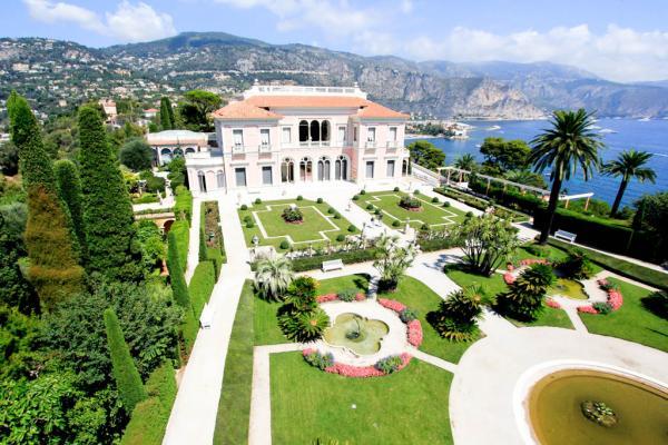 La magnifique Villa Ephrussi, dans un style de palais italien Renaissance. Au premier plan, ses jardins à la française. © Pierre Behar