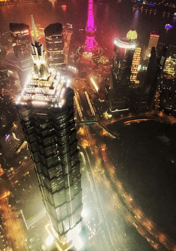 Vue vertigineuse sur la Jin Mao Tower depuis l'observatoire du Shanghai World Financial Center © Yonder.fr