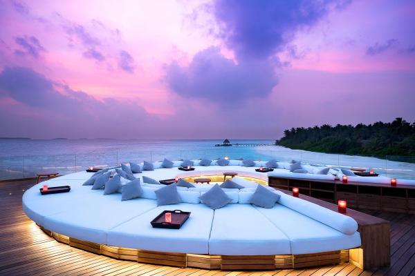 Coucher de soleil sur le Sky Deck perché au-dessus du lagon © DR