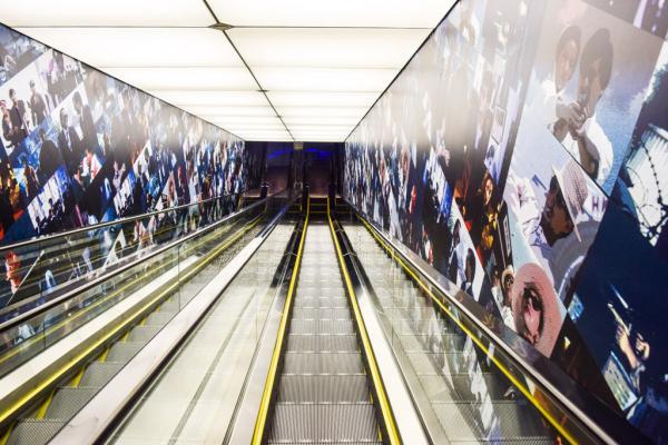 Un escalator permet de relier les différents étages de l'observatoire du Shanghai World Financial Center © Yonder.fr