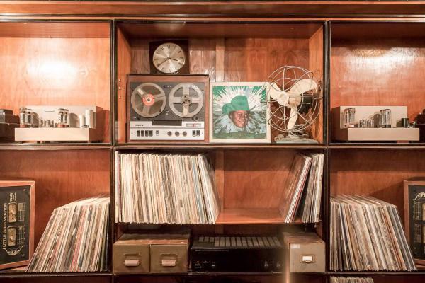Ambiance vinyls et DJ au Romano © DR