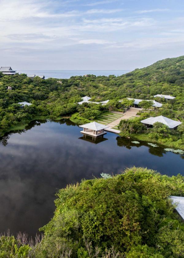 C'est autour du lac qu'a été édifié l'immense Spa d'Amanoi © Aman