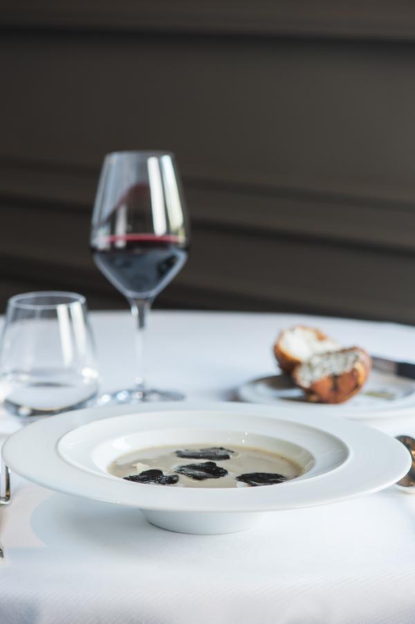 soupe d'artichaut à la truffe noire,  brioche feuilletée aux champignons et truffes © Laurence MOUTON