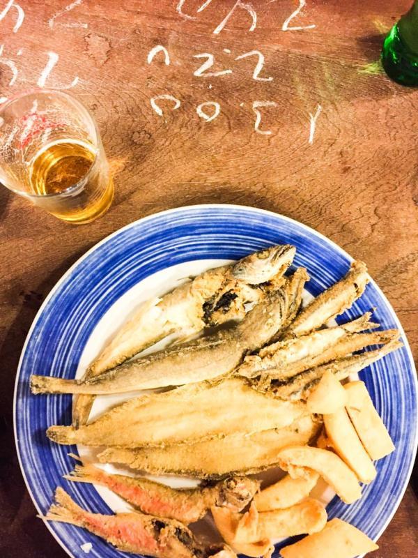 Poissons frits et addition à la craie sur le comptoir à El Rinconcillo © Yonder.fr