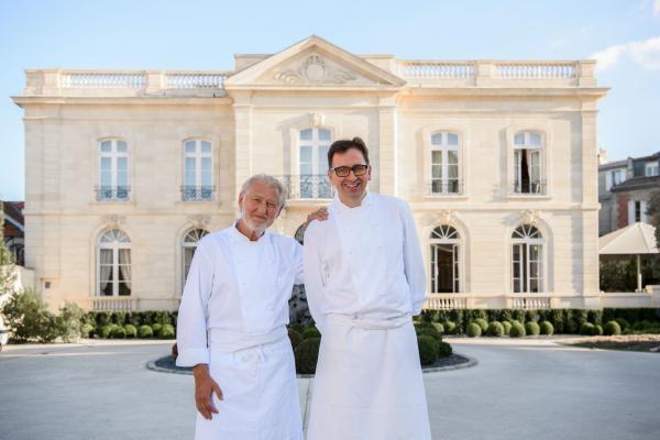 Pierre Gagnaire et son second Jean-Denis Le Bras, devant La Grande Maison à Bordeaux © DR