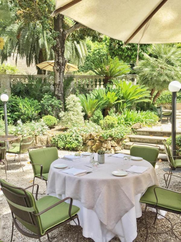 Le Jardin de Russie offre un cadre enchanteur pour déjeuner à l'abri du tumulte de la ville © Yonder.fr