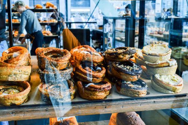 Les pâtisseries roulées à la cannelle, cardamome ou graines de pavot sont les stars des étals. © Pierre Gunther