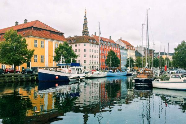 Au pied du clocher de Notre-Sauveur, une promenade calme au bord des canaux de Christianshavn. © Pierre Gunther