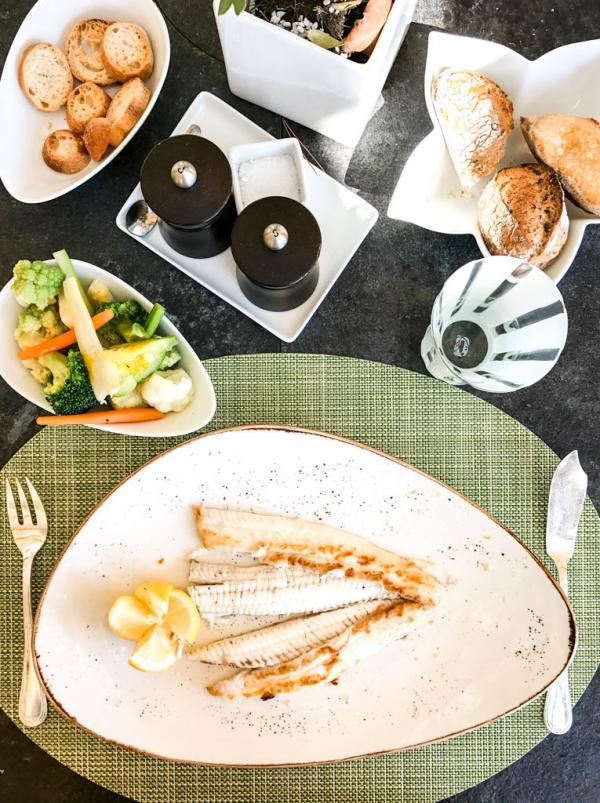 Sole grillée à La Véranda, l'alternative chic au restaurant étoilé Le Cap (Four Seasons Grand-Hôtel du Cap Ferrat) quand ce dernier n'est pas ouvert © Yonder.fr
