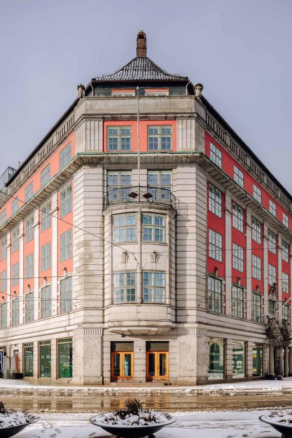 La façade néo-baroque construite en 1910 donne sur la place de la gare. © Pierre Gunther.