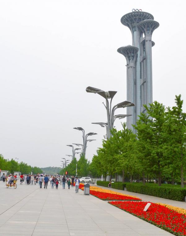 La longue avenue du Parc Olympique. © Pierre Gunther / YONDER.fr