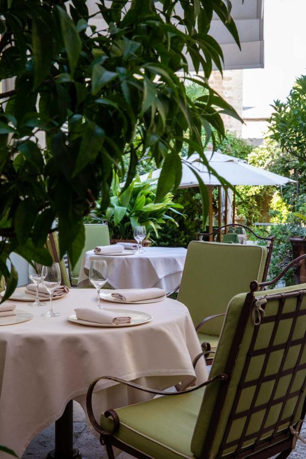 La terrasse du Restaurant La Mirande © Christophe Bielsa