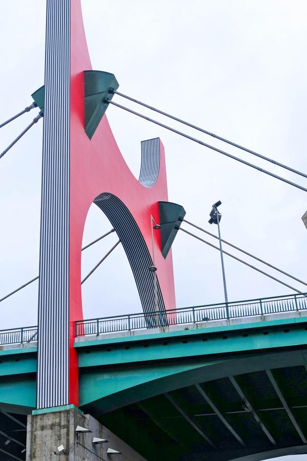 Le Pont de la Save, désormais intégré au Musée Guggenheim Bilbao. Lors du dixième anniversaire du Musée, fut inaugurée sur le pont une grande porte rouge de l'artiste français Daniel Buren © Clémence Ludwig