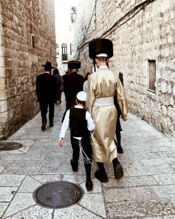 Les familles orthodoxes se pressent dans les ruelles de la ville © Camille Weyl
