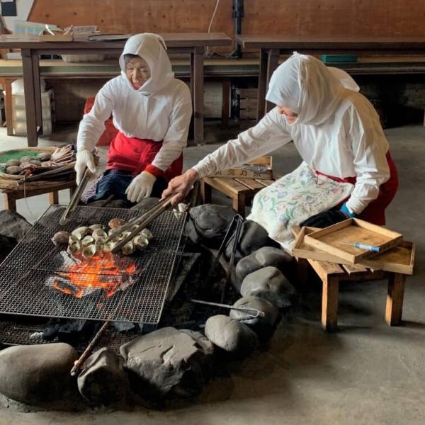 Les amas s'occupent de la cuisson traditionnelle sur feu de bois.