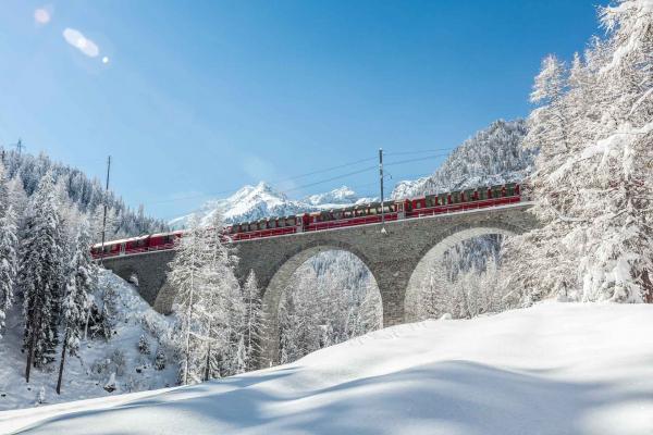 Le Bernina Express file au milieu des paysages enneigés sur la ligne de l'Albula © RhB, 2017