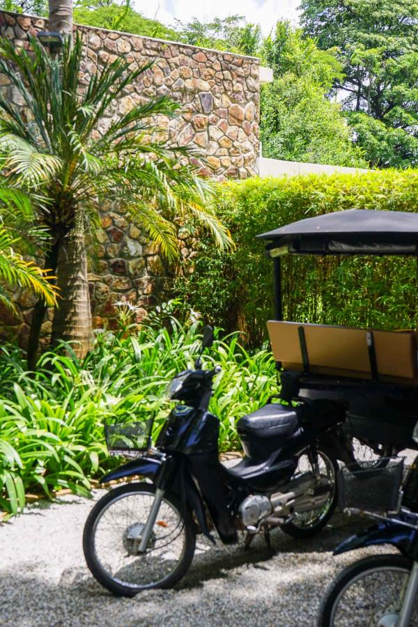 Les tuk-tuks de l'hôtel, prêts à vous emmener partout © YONDER.fr