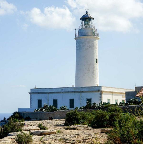 Le phare de la Mola surplombe la côte est de Formentera © MB   YONDER.fr