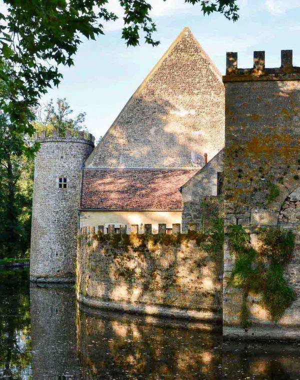 Château de Vault-de-Lugny – Les douves © EL   YONDER.fr