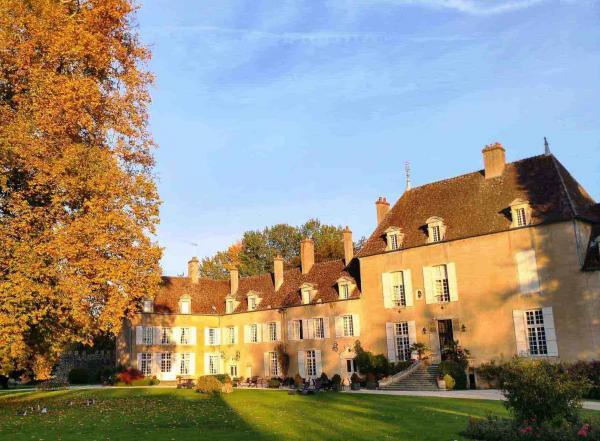 La lumière d'octobre dans la cour du Château de Vault-de-Lugny © DR