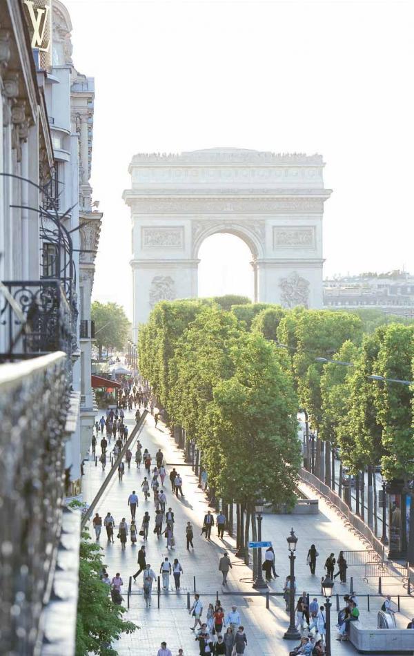 Vue sur les Champs-Élysées depuis l'Hôtel Barrière Le Fouquet's Paris © Fabrice Rambert