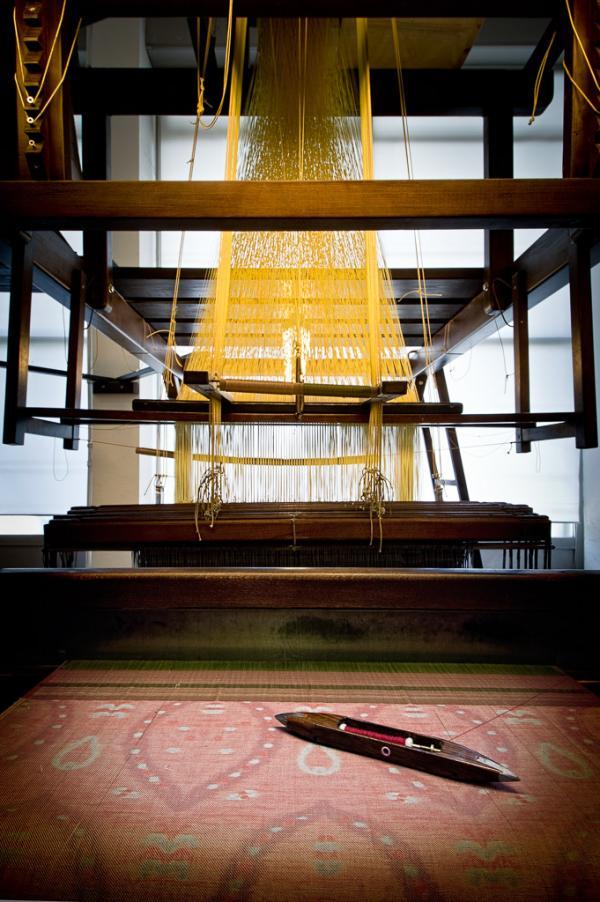 Dans les ateliers d'Armaggan : des métiers à tisser à l'ancienne qui servent à produire de précieuses étoffes. © Armaggan