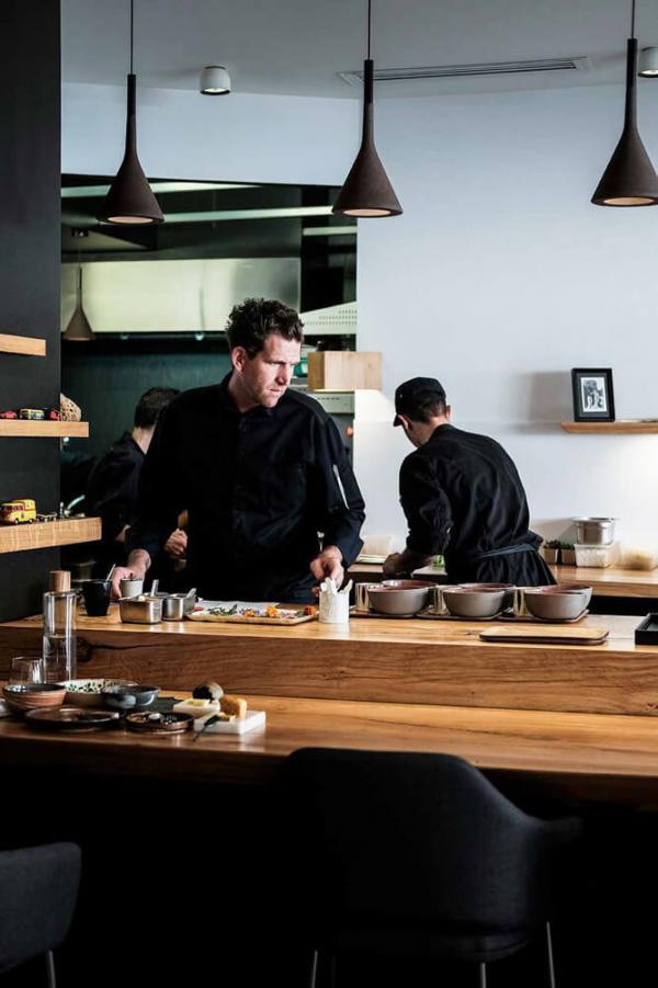 Le chef Alexandre Mazzia dans ses cuisines © DR