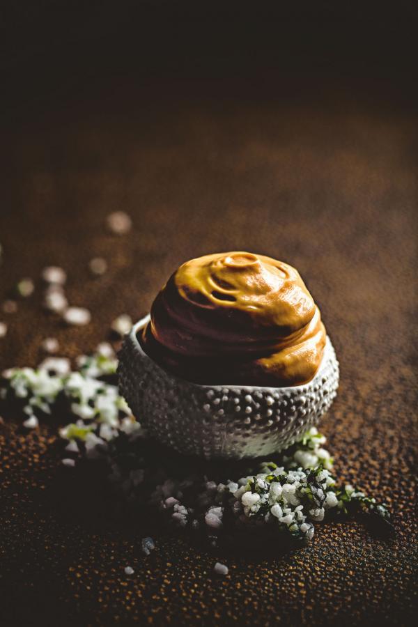 Châtaigne de mer en coque, langues et écume d'oursins, fine mousseline d'œufs de poule © Benoit Linero