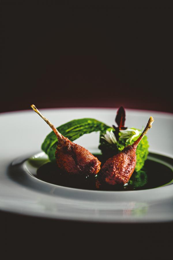 Cuisses de grenouille panées au tandoori, dorées au poêlon, jus de persil au beurre noisette © Benoit Linero