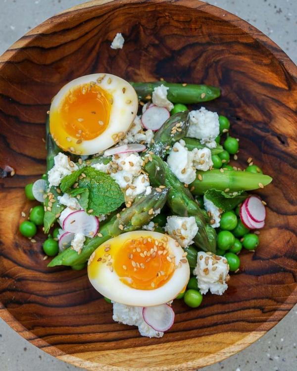 Forest | Salade d'asperges & petits pois, pétales de radis, feta marinée aux graines de cumin et coriandre, sésame © MB|YONDER.fr