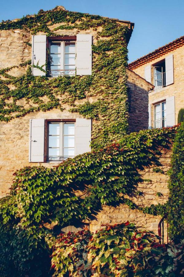Hôtel Crillon le Brave — façade couverte de vigne vierge © Hôtel Crillon le Brave