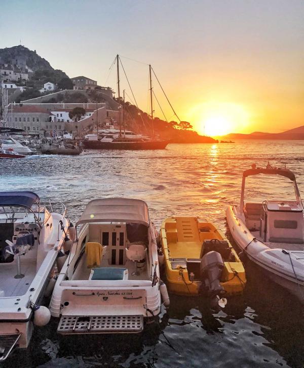Coucher de soleil sur le petit port d'Hydra © YONDER.fr