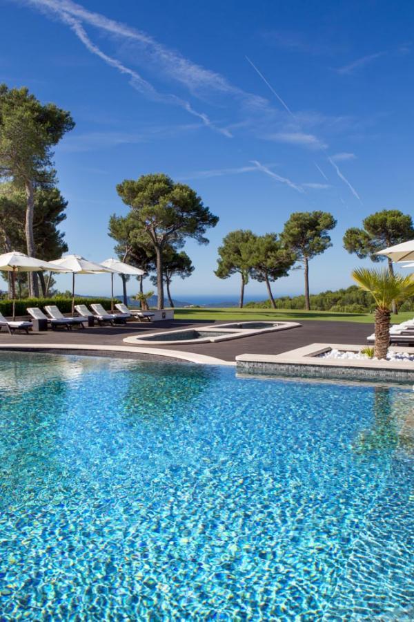 Hôtel & Spa du Castellet | La piscine extérieure © DR