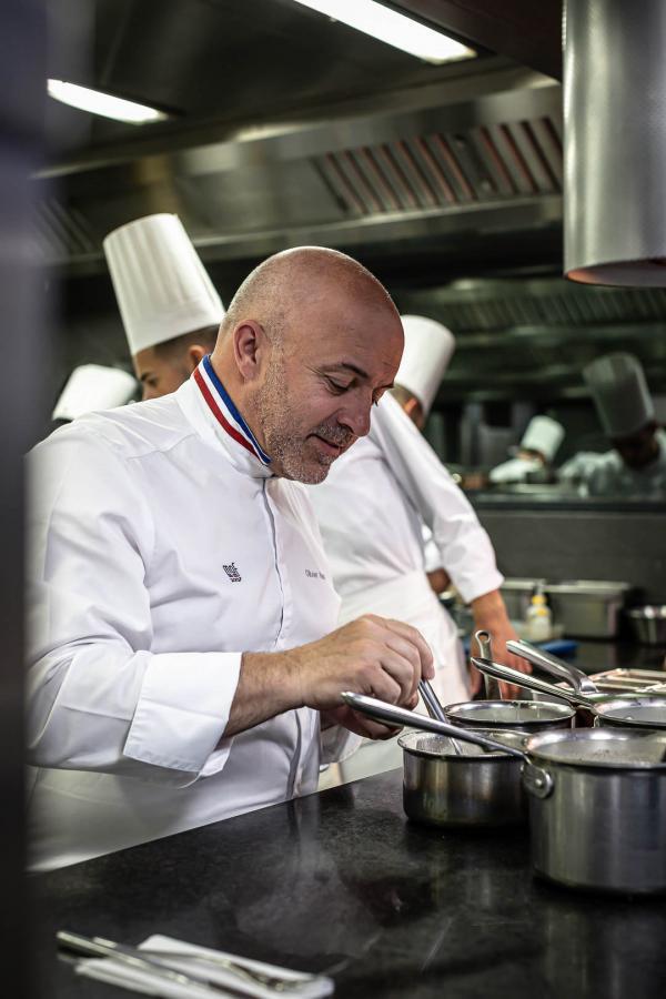 Le chef doublement étoilé Olivier Nasti en cuisine ©DR